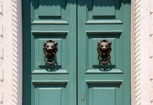 Porte d'entrée en PVC ou en bois : laquelle choisir ?